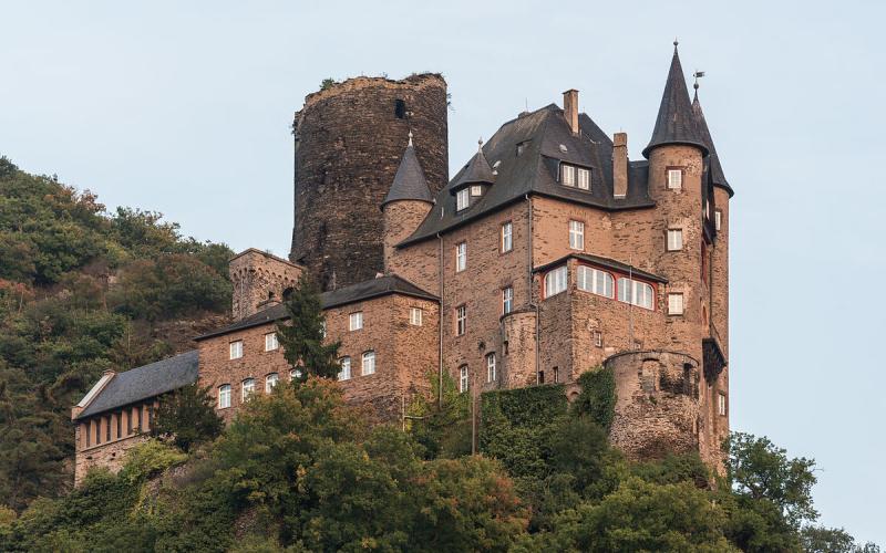 Source : https://commons.wikimedia.org/wiki/File:Burg_Katz,_St._Goarshausen,_West_view_20141002_1.jpg