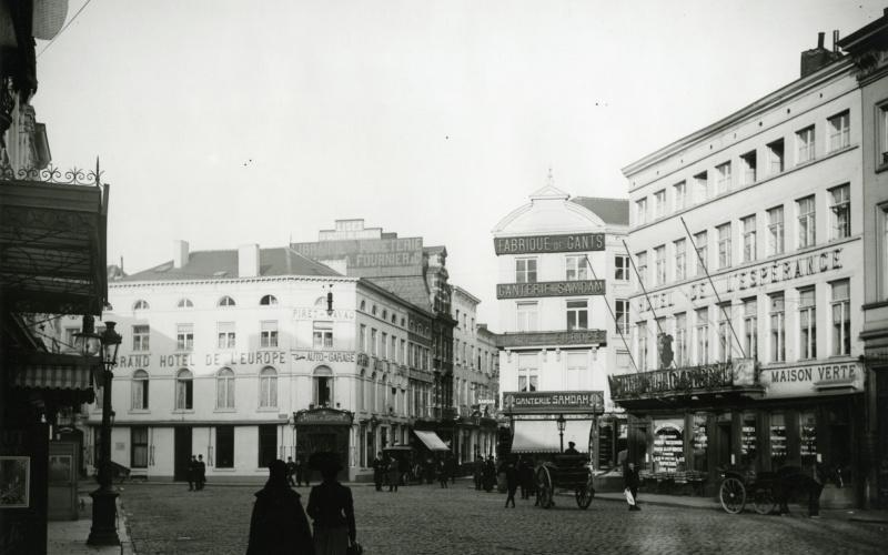 Anonyme, Sans titre, Charleroi, rue de la Station, qui deviendra place Buisset, ca 1900. Coll. Musée de la Photographie à Charleroi.